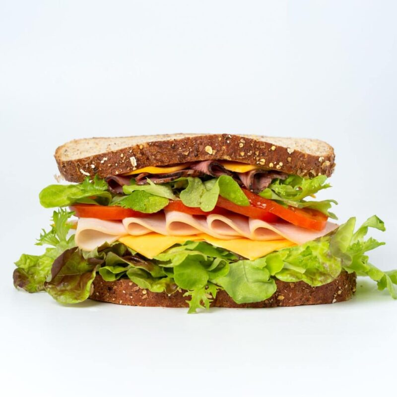 Foto eines üppig belegten Sandwichs