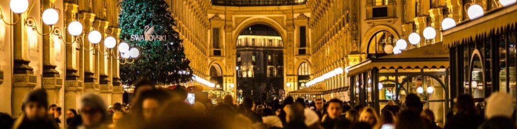 Blick in eine weihnachtlich geschmückte Einkaufspassage