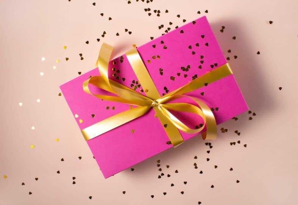 Foto eines Geschenk, übersäht mit Konfetti
