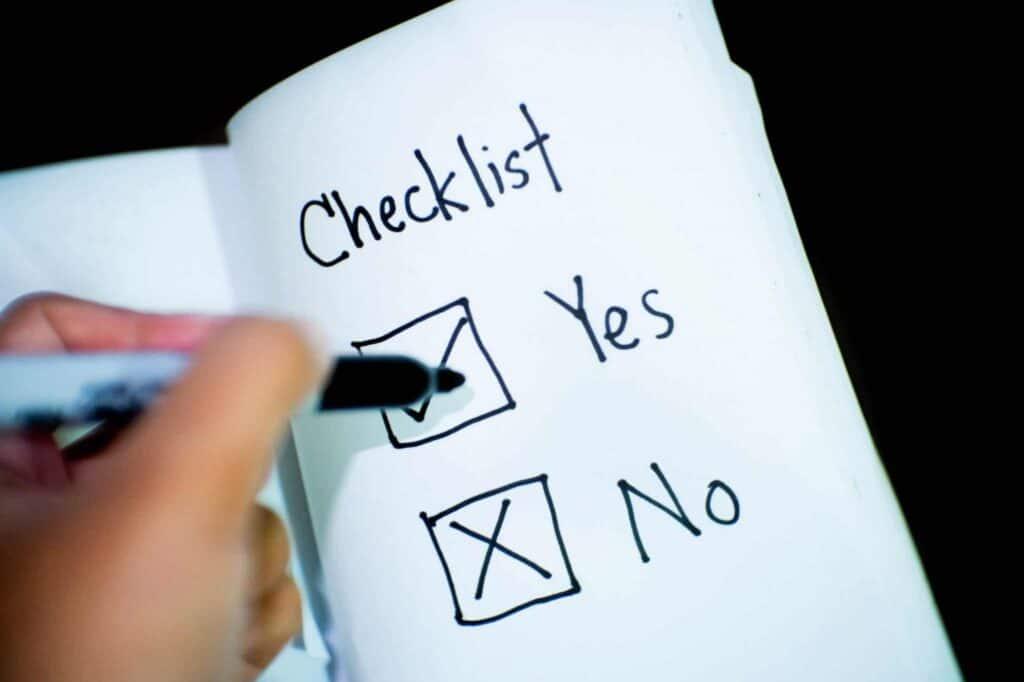 Foto eine Checkliste auf der eine Person die beiden Optionen Yes und No ankreuzt.