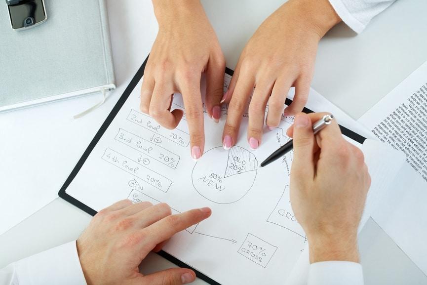 Zwei Personen arbeiten gemeinsam an einer Skizze.