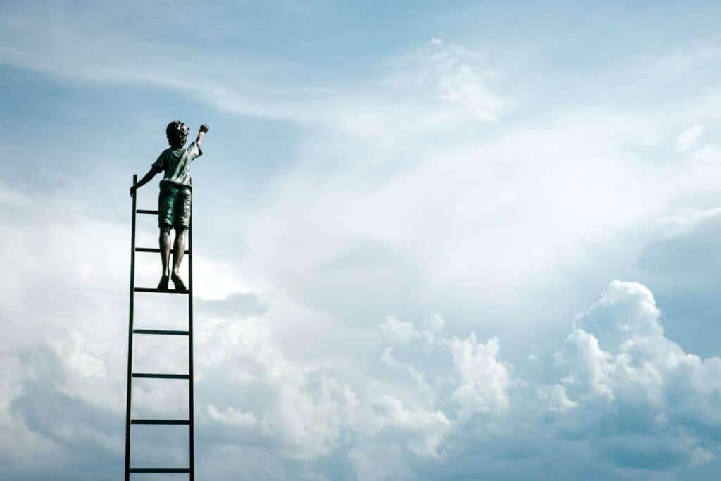 Ein Kind erklimmt eine Leiter gen Himmel